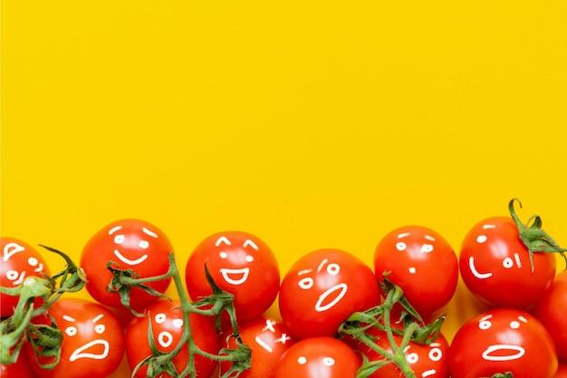 Glückliche fruchtfamilie auf gelbem hintergrundkopienraum