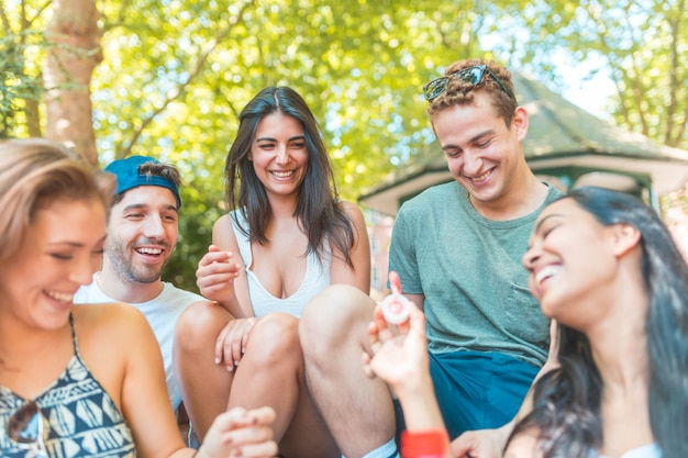 Glückliche gemischtrassige gruppe von freunden, die spaß haben und lachen