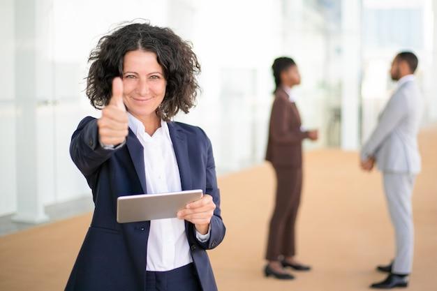Glückliche geschäftsfrau, die neue geschäfts-app empfiehlt