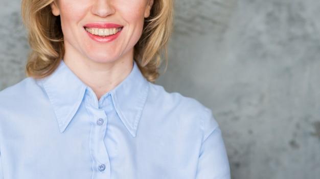 Glückliche geschäftsfrau im blauen hemd