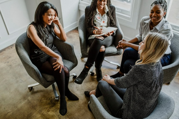 Glückliche geschäftsfrauen, die sich im büro treffen