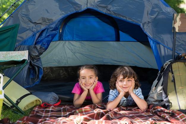 Glückliche geschwister auf einem campingausflug