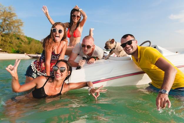 Glückliche gesellschaft von freunden auf tropischen sommerferien in thailand, die auf boot im meer reisen, party am strand, leute, die spaß zusammen haben, männer und frauen positive emotionen