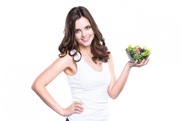 Glückliche gesunde frau mit salat isoliert.
