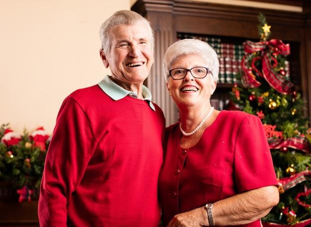 Glückliche großeltern lächelnd zusammen