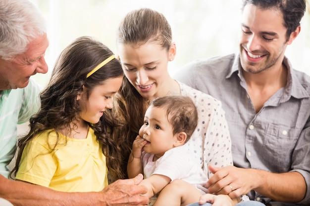 Glückliche großfamilie, die zu hause lächelt