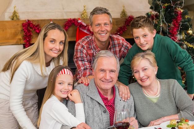 Glückliche großfamilie, die zur weihnachtszeit aufwirft