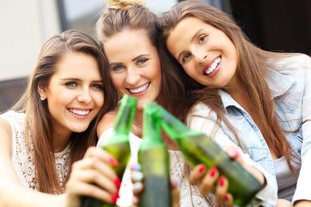 Glückliche gruppe von freunden, die draußen ein bier trinken?