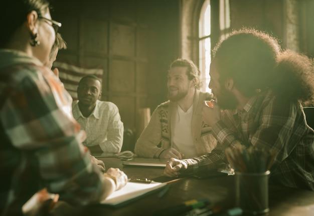 Glückliche gruppe von geschäftsleuten brainstorming im büro