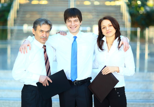 Glückliche gruppe von geschäftsleuten, die im büro lächeln