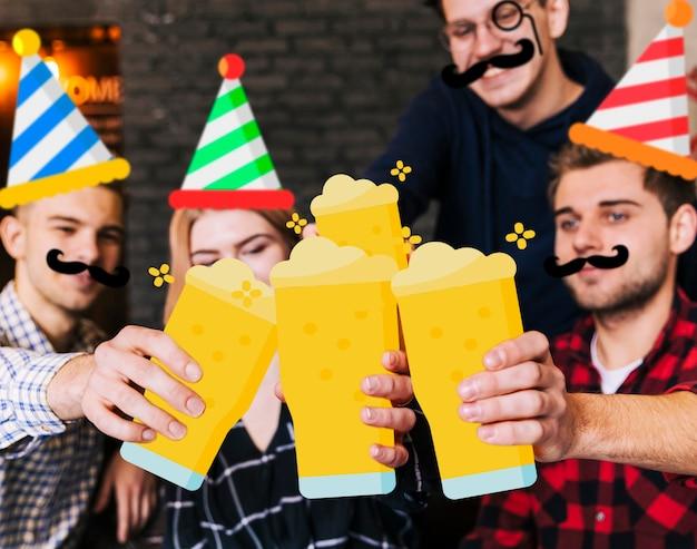 Glückliche gruppe von personen, die filter für ein foto verwendet
