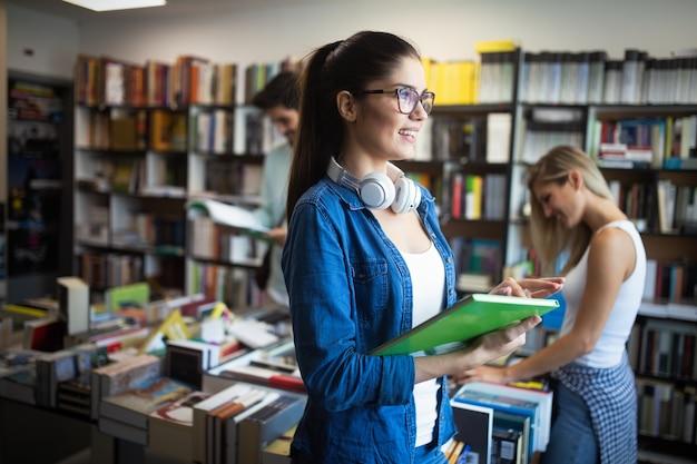 Glückliche gruppe von studenten, die an der universität zusammen studieren und sprechen