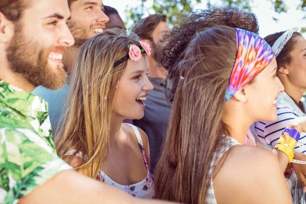 Glückliche hipster, die musik hören
