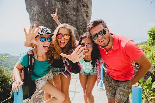 Glückliche hipster-gesellschaft von freunden, die um welt reisen