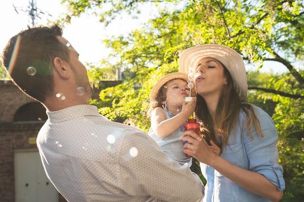 Glückliche hispanische familie, die spaß zusammen draußen hat.