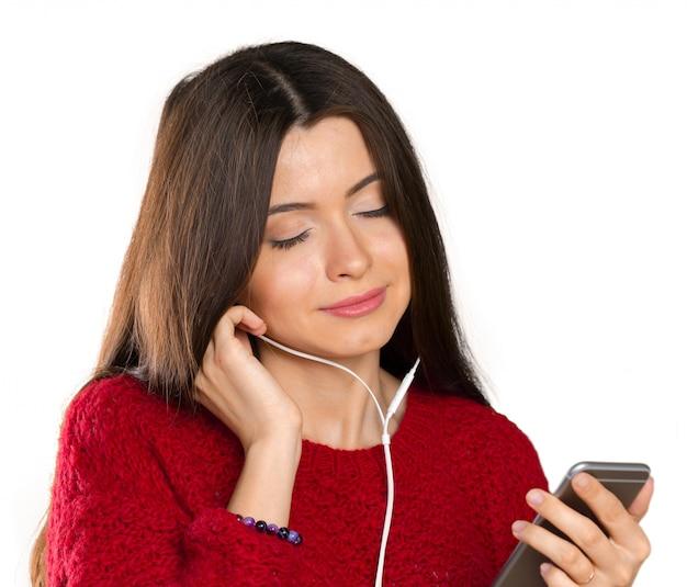 Glückliche hörende musik der jungen frau mit kopfhörern