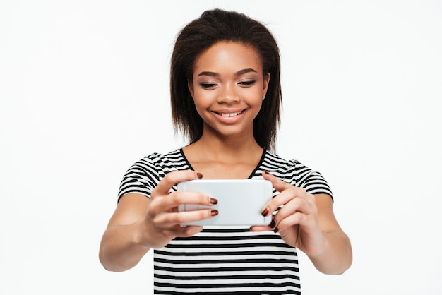 Glückliche junge afrikanische dame machen selfie per telefon.