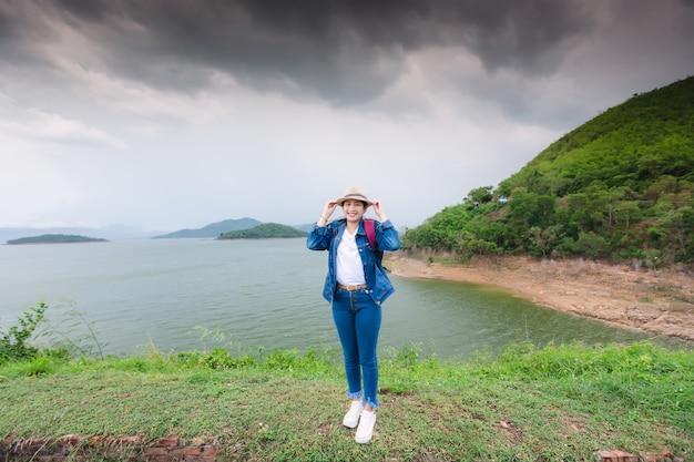 Glückliche junge asiatische frau am kang kra chan nationalpark thailand