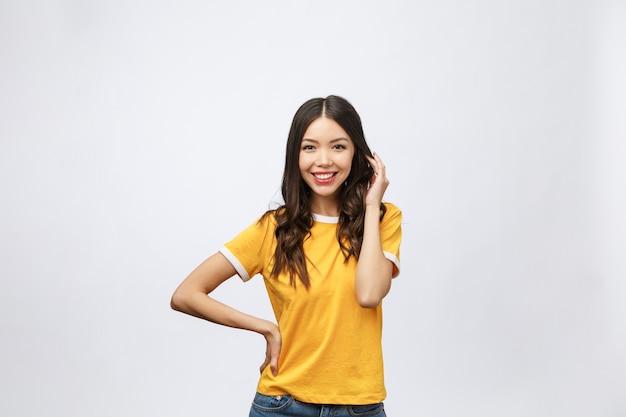 Glückliche junge asiatische frau mit leerem kopienraumbereich für text oder slogan