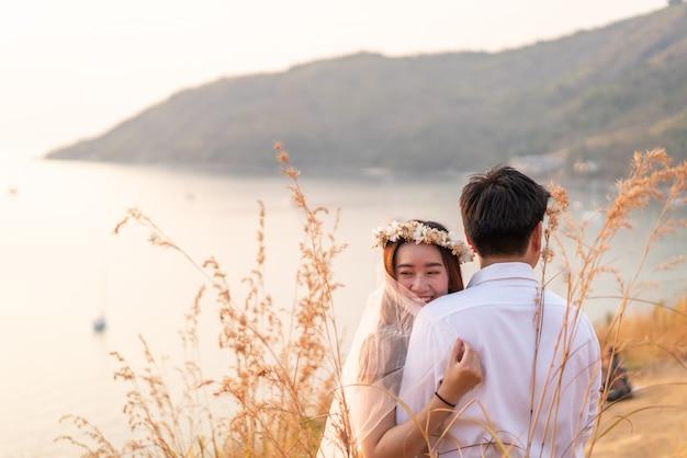 Glückliche junge asiatische paare in der liebe, die eine gute zeit hat