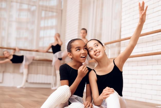 Glückliche junge ballerinen-mischrasse und kaukasier.