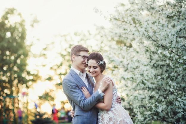 Glückliche junge braut und bräutigam