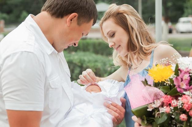 Glückliche junge eltern mit neugeborenen