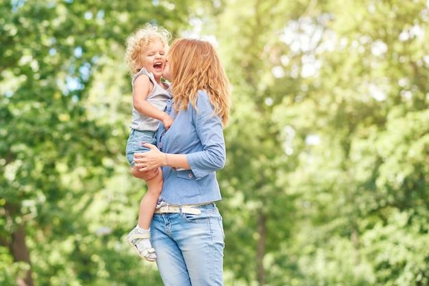 Glückliche junge familie, die im park entspannt