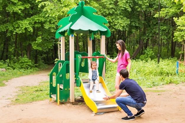 Glückliche junge familie, die zeit im freien an einem sommertag verbringt.