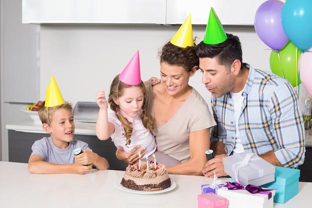 Glückliche junge familie, die zusammen einen geburtstag feiert