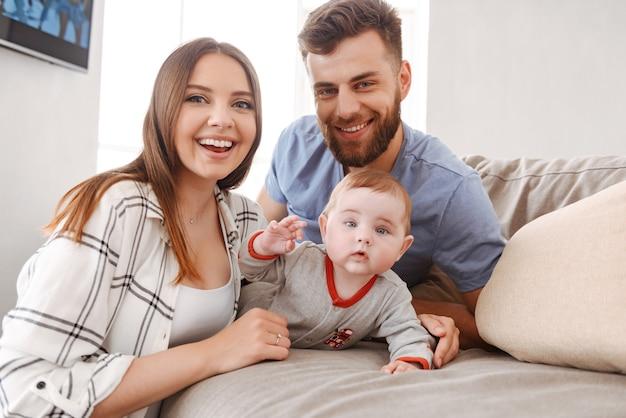 Glückliche junge familie. eltern haben spaß mit ihrem kleinen kind