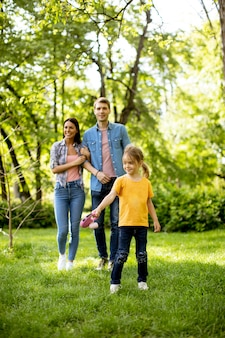 Glückliche junge familie im park