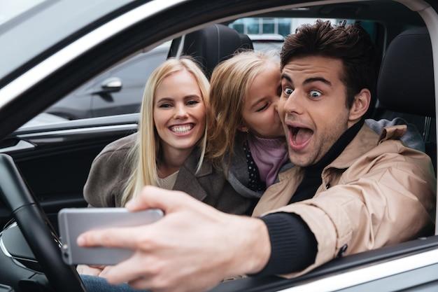Glückliche junge familie machen selfie mit dem handy.