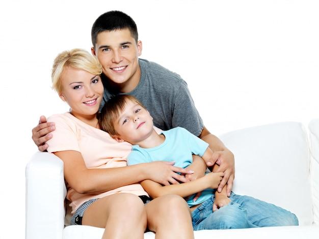 Glückliche junge familie mit kind