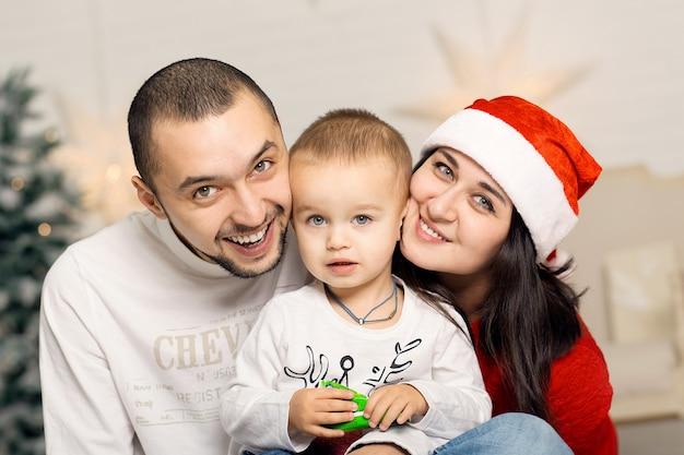 Glückliche junge familie verbringen weihnachtsferien zusammen. eine fabelhafte glückliche kindheit.