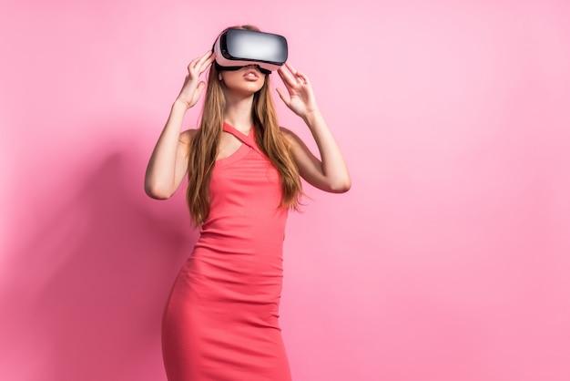 Glückliche junge frau, die einen kopfhörer der virtuellen realität verwendet