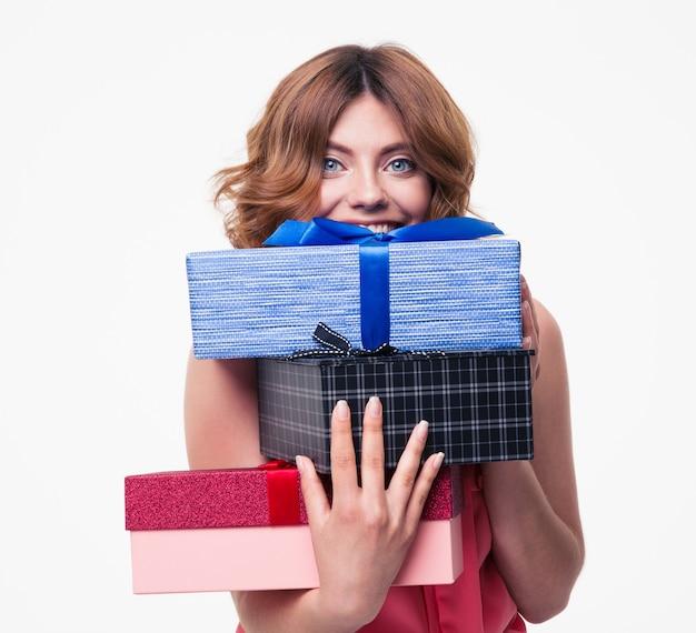 Glückliche junge frau, die geschenke hält