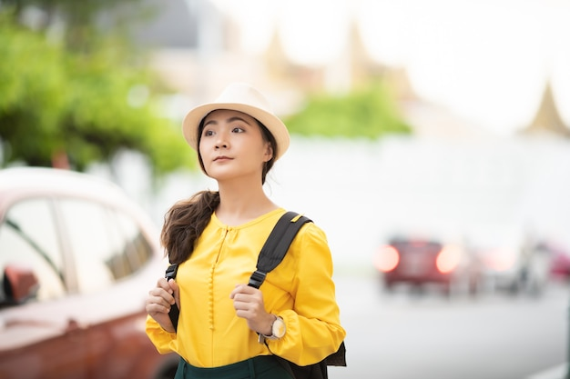 Glückliche junge frau, die in thailand reist