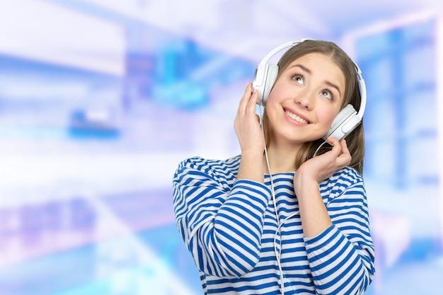Glückliche junge frau, die musik hört