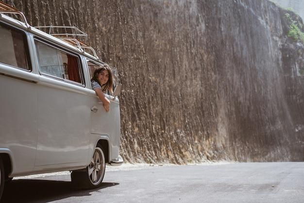 Glückliche junge frau fahren auto auf roadtrip
