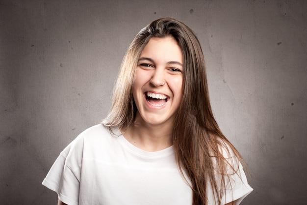 Glückliche junge frau lächelnd
