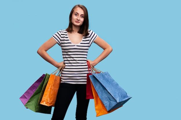 Glückliche junge frau mit einkaufstüten