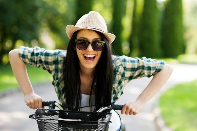 Glückliche junge frau mit fahrrad