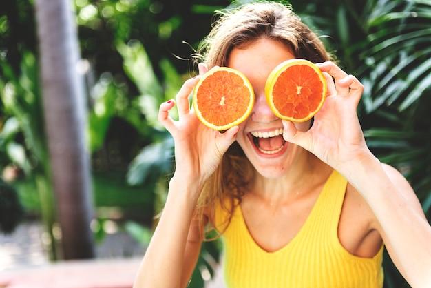 Glückliche junge frau mit orangen