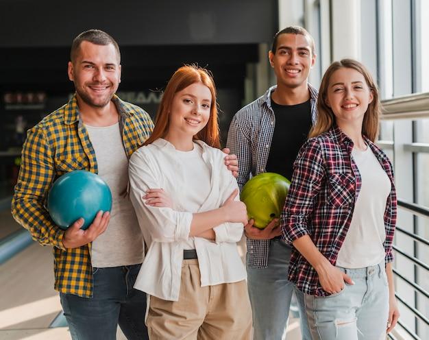 Glückliche junge freunde in einem bowlingclub