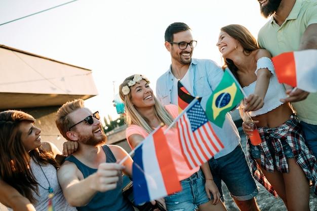 Glückliche junge freunde jüngerer generationen und verschiedener kulturen, die spaß haben, frieden fördern ohne rassistische vorurteile