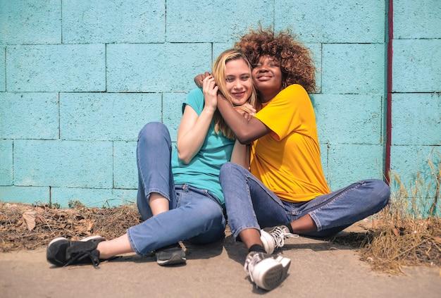 Glückliche junge freunde umarmen