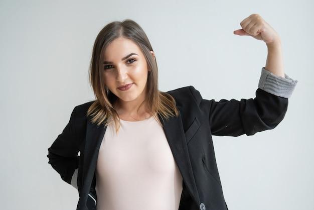 Glückliche junge kaukasische geschäftsfrau, die zeichen des erfolgs zeigt