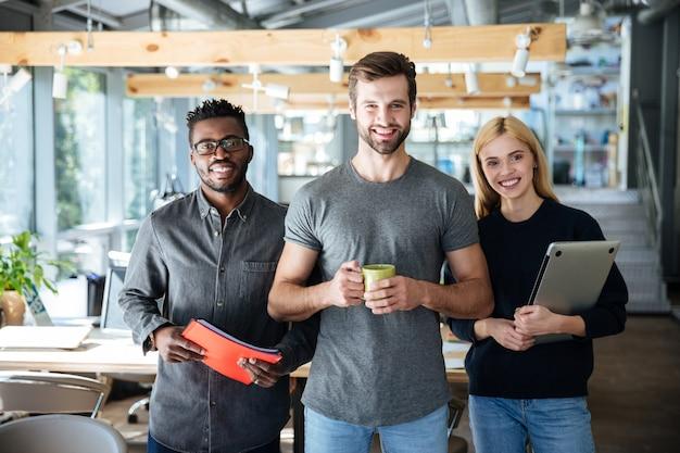 Glückliche junge kollegen im büro coworking