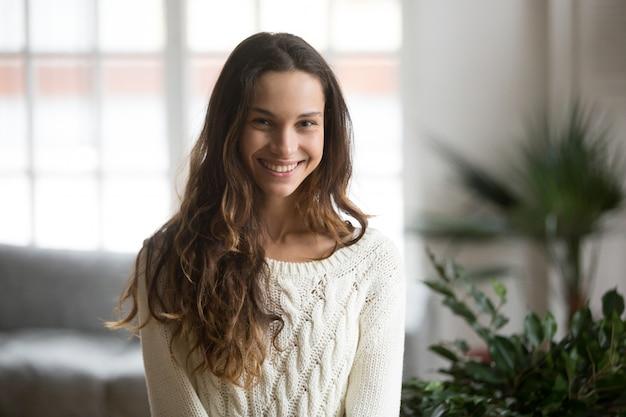 Glückliche junge lächelnde mestizofrau, die kamera headshotporträt betrachtet